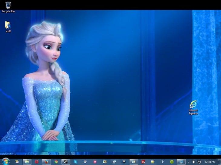 fondo de escritorio de Elsa de Frozen mirando hacia el icono de Internet Explorer