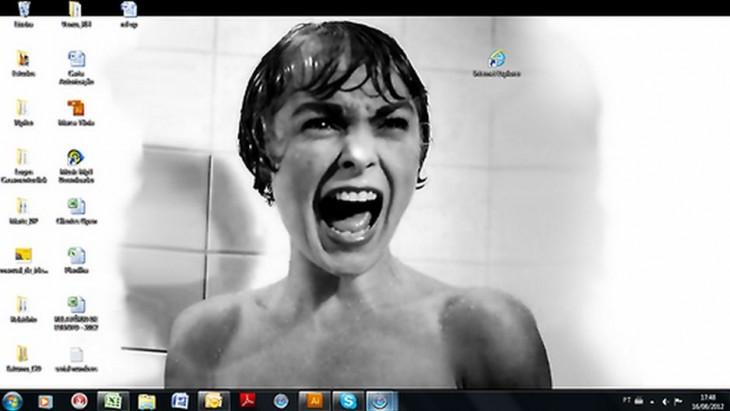 foto de la cara de una mujer gritando observando el icono de internet explorer