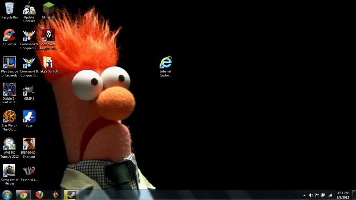 fondo de escritorio de un moppet mirando con cara de desprecio al icono de internet explorer