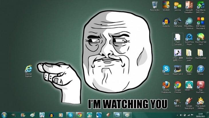 fondo de escritorio con la cara de un meme señalando el icono de Internet explorer