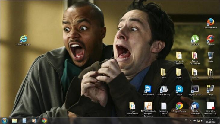 foto con la cara de dos chicos gritando de miedo frente el icono de internet explorer