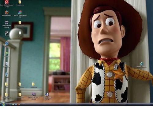 foto de woody de toy story mirando con temor al icono de internet explorer