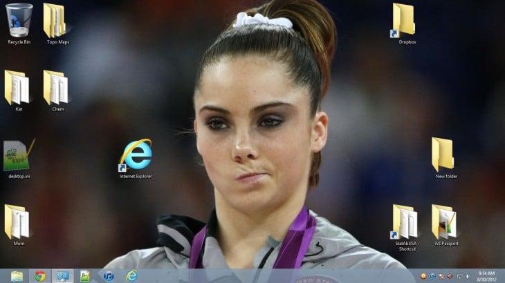 Cara de una chica frunciendo el ceño frente al icono de internet explorer
