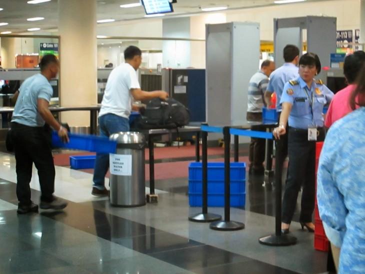 persona encargada de la vigilancia por el área de los rayos x en un aeropuerto