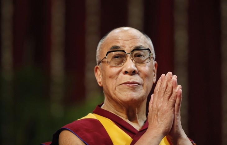 Dalai Lama con las manos juntas como si estuviera haciendo oración
