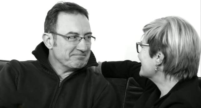 um homem e uma mulher sentada em uma sala de falar cara a cara