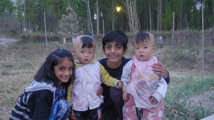 niños en el tibet con un corte extraño