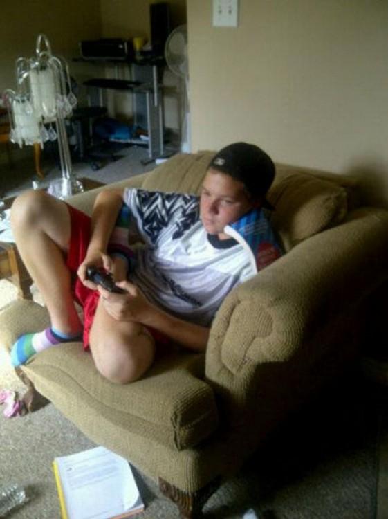 Niño sentado en un sillón acostado sobre un libro