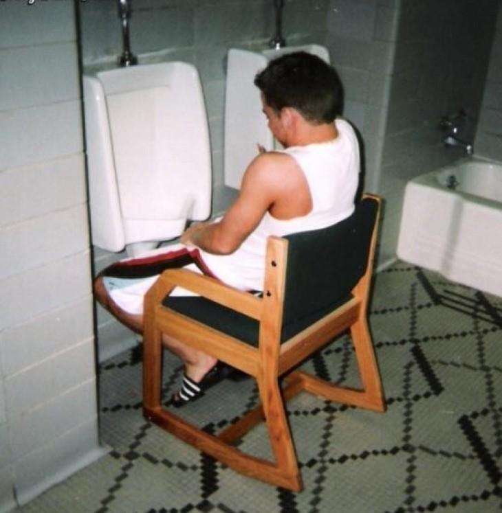 Chico sentado en una silla haciendo pipí en un mingitorio