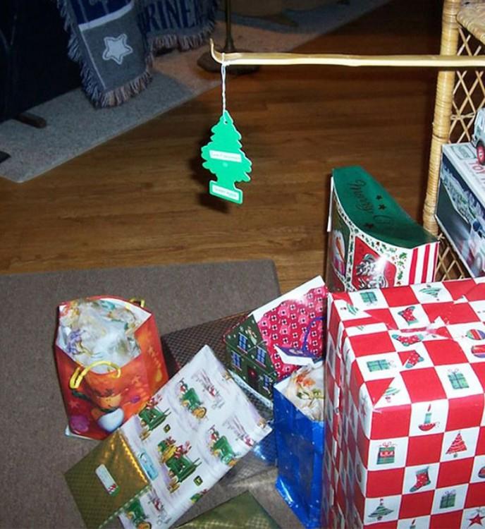 regalos de navidad debajo de un aromatizante en forma de pino