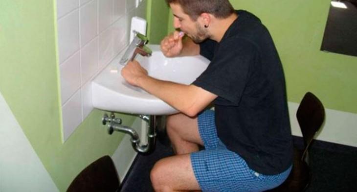 chico sentado en una silla lavándose los dientes