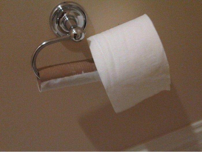 rollo de papel mal acomodado en su lugar