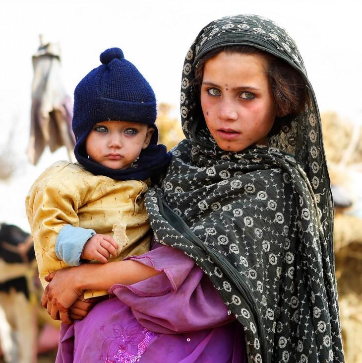 foto de una madre afgana con su bebé en los brazos