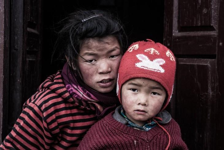 Niña abrazando a su hermano menor en Jomsom, Nepal