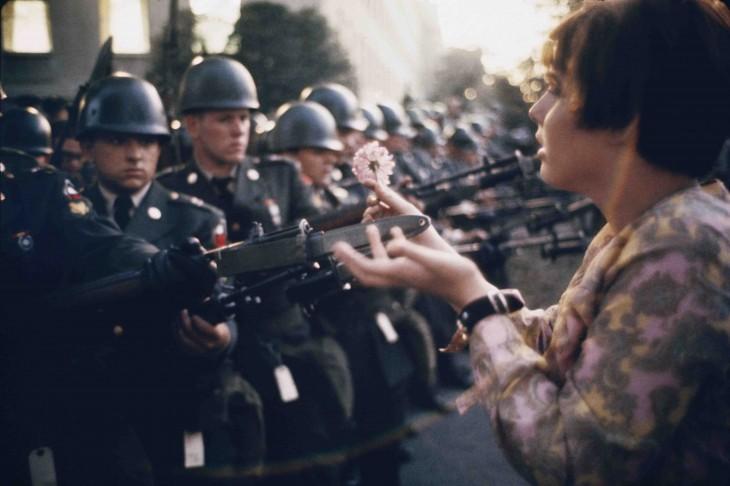 Pacifista pone una flor en las escopetas de unos policías en vietnam