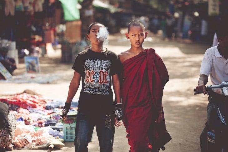 Foto de un monje junto a su hermano caminando por una calle