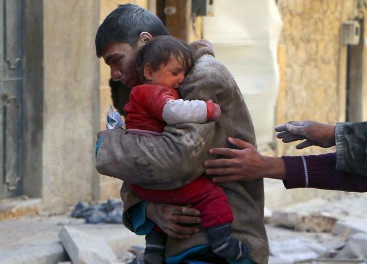 foto de un chico que rescató a su hermana de los escombros en Siria