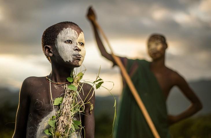 Chico de la tribu nómada Suri de Etiopía