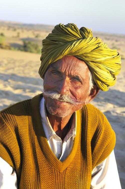 foto de un hombre en las dunas de Khuri en el desierto de Rajastán
