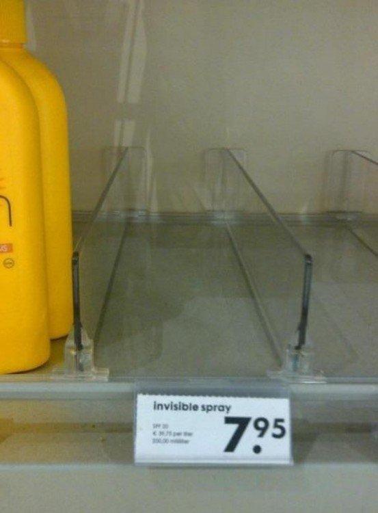 estante en un centro comercial que ofertan un spray invisible