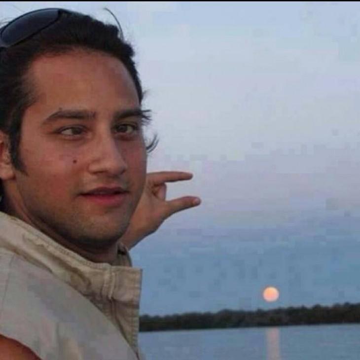 fotografía de un chico bizco señalando mal el lugar de la luna
