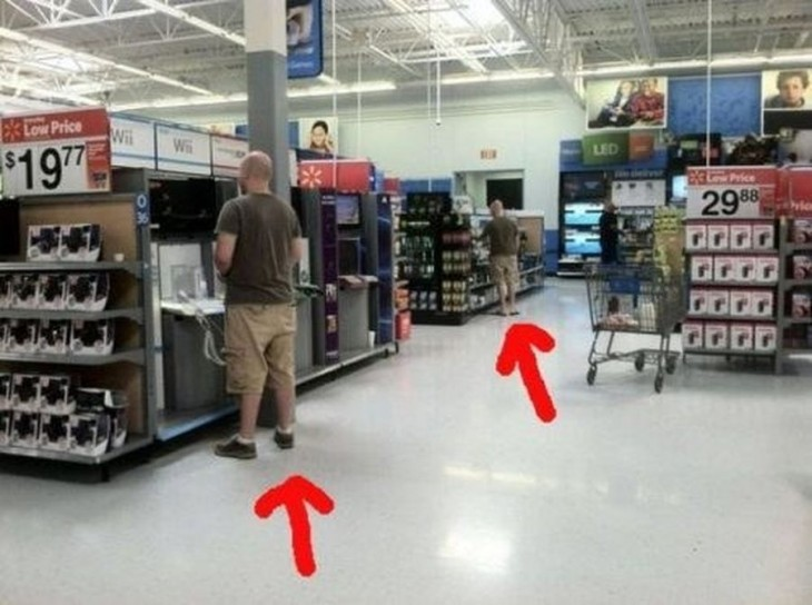foto que muestra a dos hombres vestidos igual en diferentes áreas de la tienda