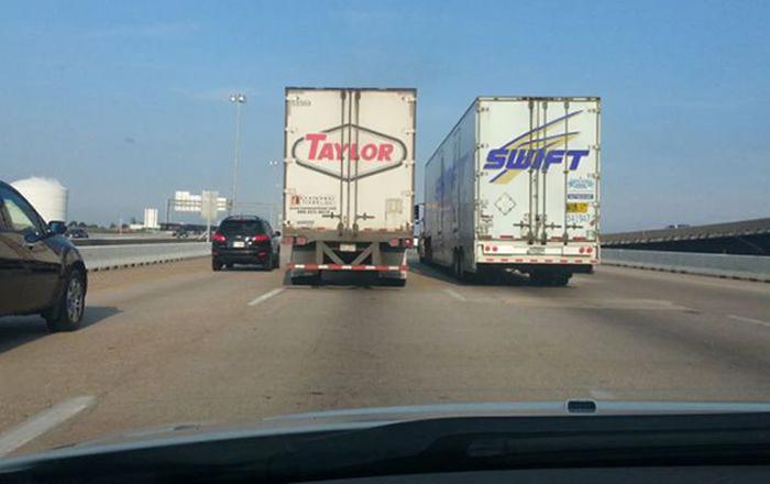 dos camiones juntos que en su parte trasera forman el nombre 'Taylor Swift'