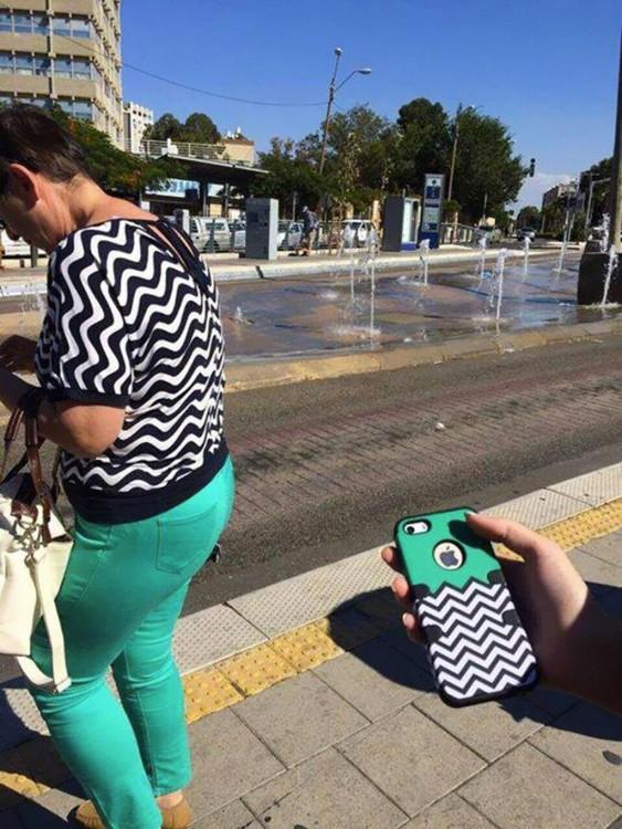 una mujer vestida de los mismos colores que una caratula de un Iphone