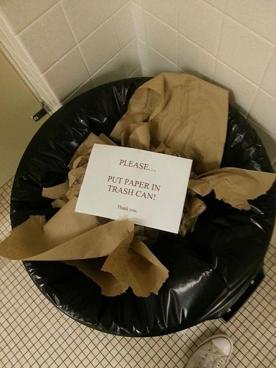 bote de basura lleno de papeles