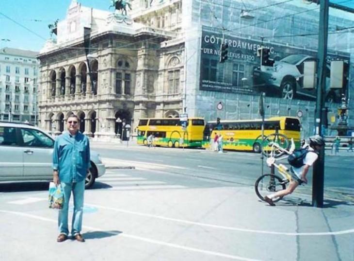 fotografía de un hombre justo cuando un chico en bicicleta se estrella en un poste