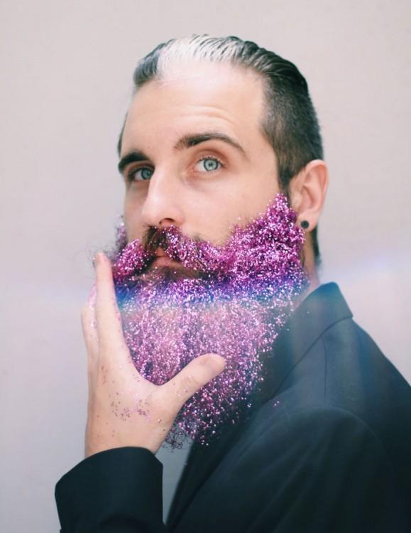 hombre con barba de brillitos rosas