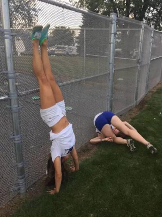 mujeres jugando a pararse en una reja