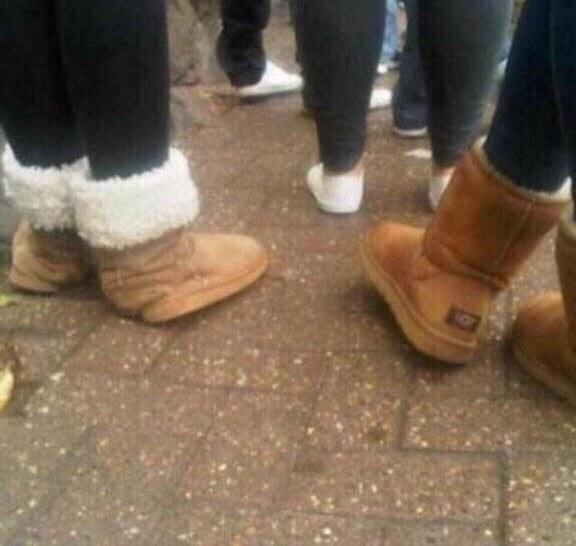 mujeres con las botas chuecas del mismo modelo