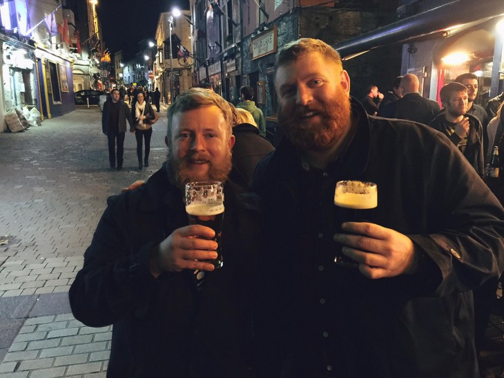 HOMBRE CON SU IDENTICO EN IRLANDA