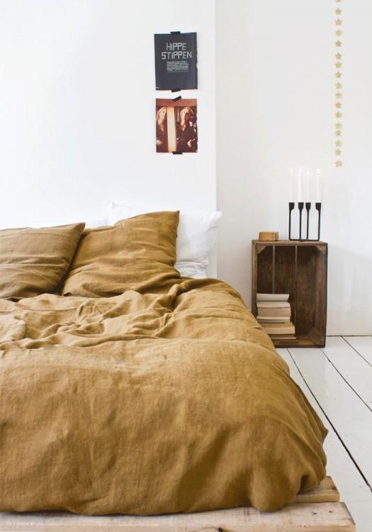 habitación de una persona con una cama y un cobertor en color beige