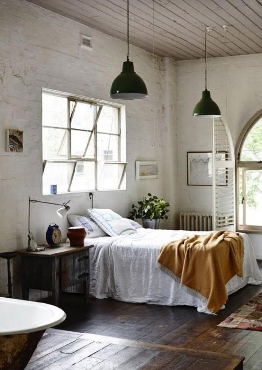 habitación de una persona con una mesa de lado y una pequeña cama individual