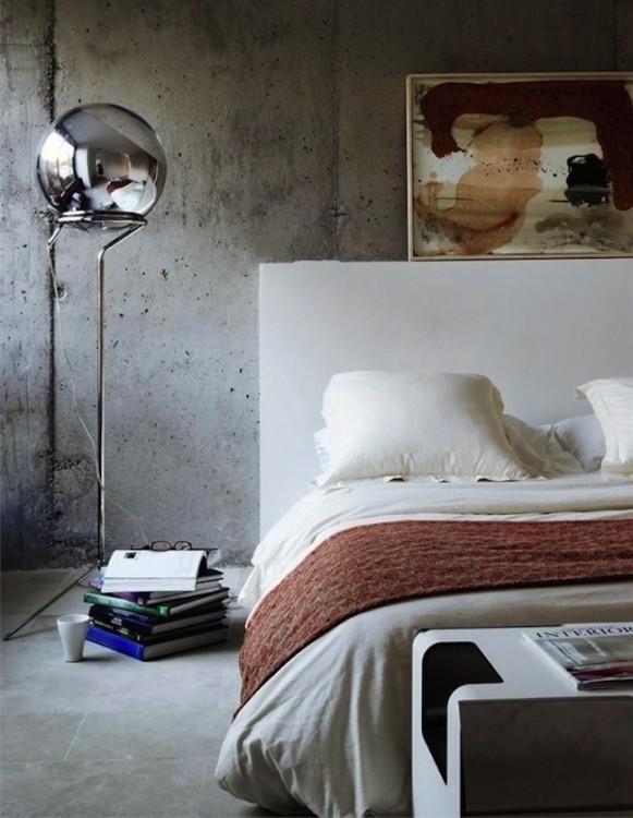 parte de una habitación con una cama y una lámpara a un costado