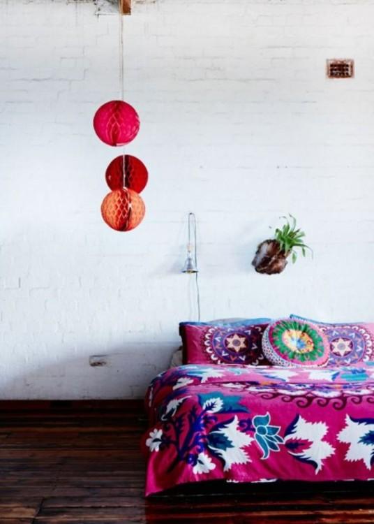 recámara con una cama en colores rosas y muy poca decoración