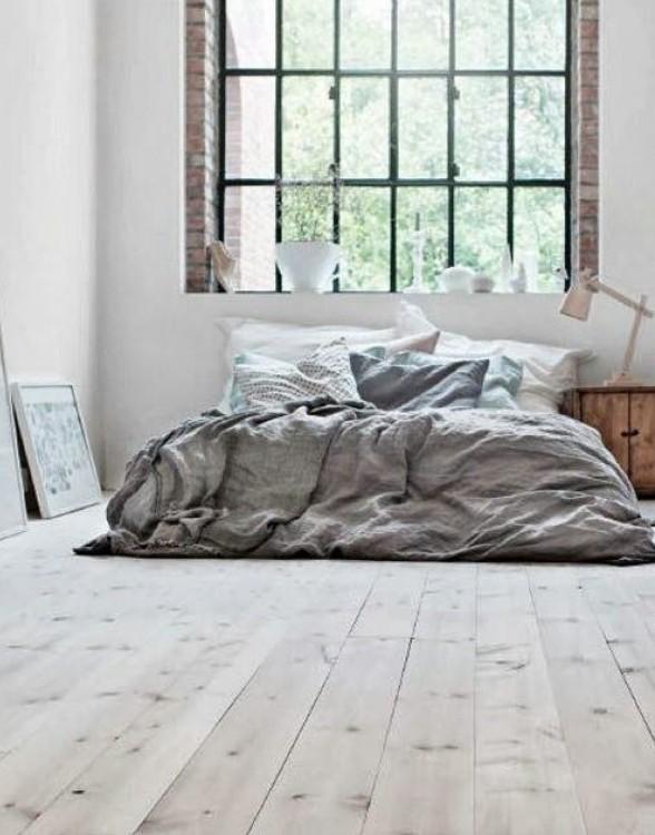 habitación con una cama cerca de una ventana