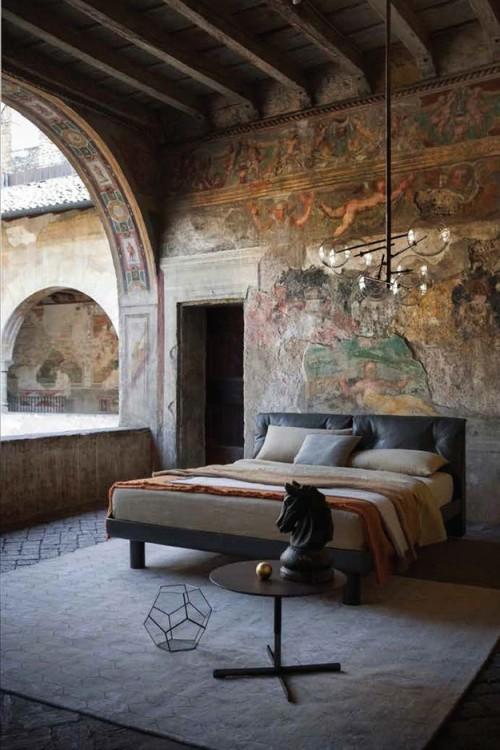 habitación con un toque artístico con paredes decoradas con pinturas