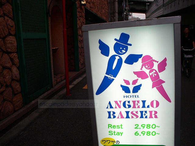 Letrero de un hotel en Japón