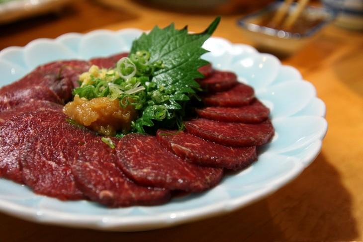 Basashi es un platillo japones hecho con carne cruda de caballo