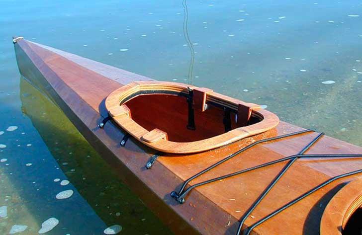 agujero especial para un perro dentro de un kayak