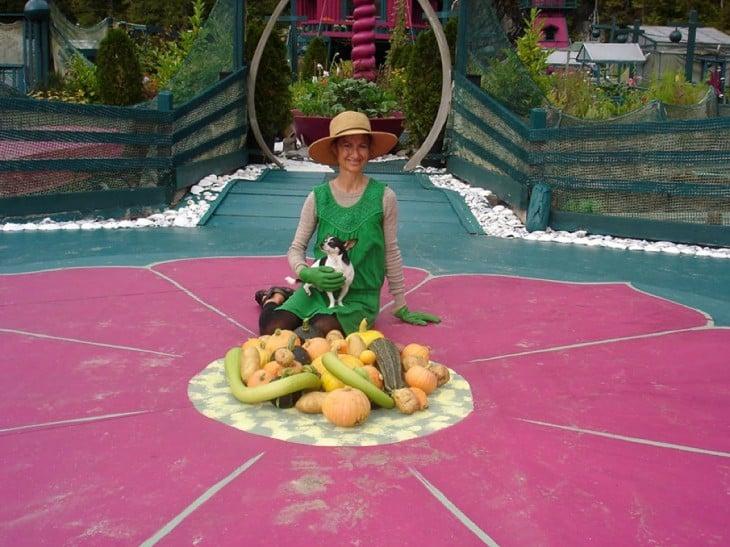 Catherina King sentada en el suelo con algunas verduras