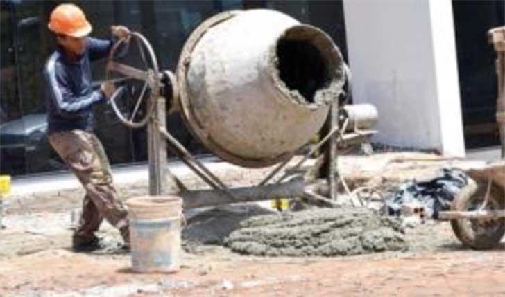 un albañil trabajando con una mezcladora durante una construcción