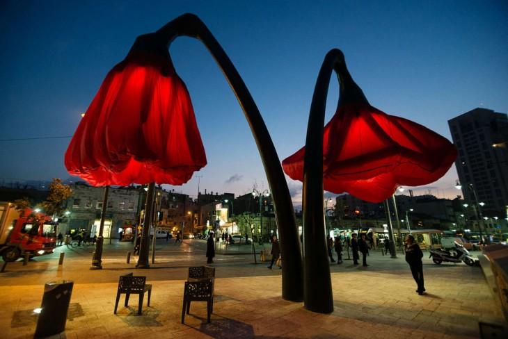 Plaza varsello en Jerusalén de noche donde se pueden observar las lámparas Warde