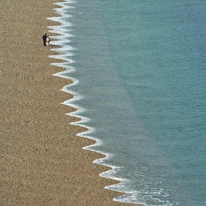 un parte del mar con olas dentadas en alguna parte del mundo