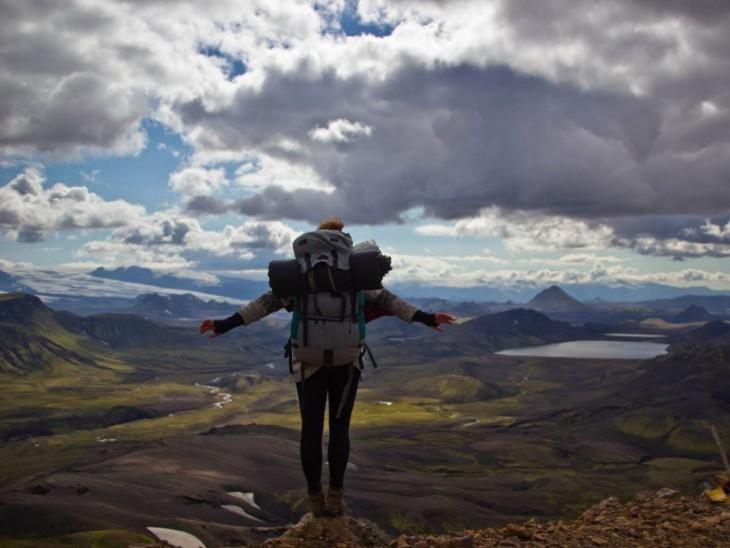 Mujer mirando por encima de Landmannalaugar a Thorsmork en el suroeste de Islandia