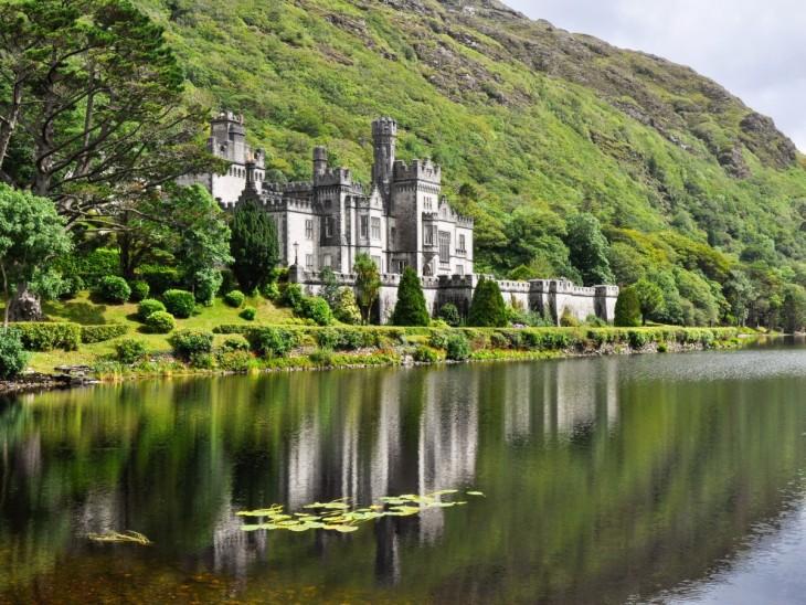 Kylemore Abbey cerca de Connemara en el condado de Galway, Irlanda