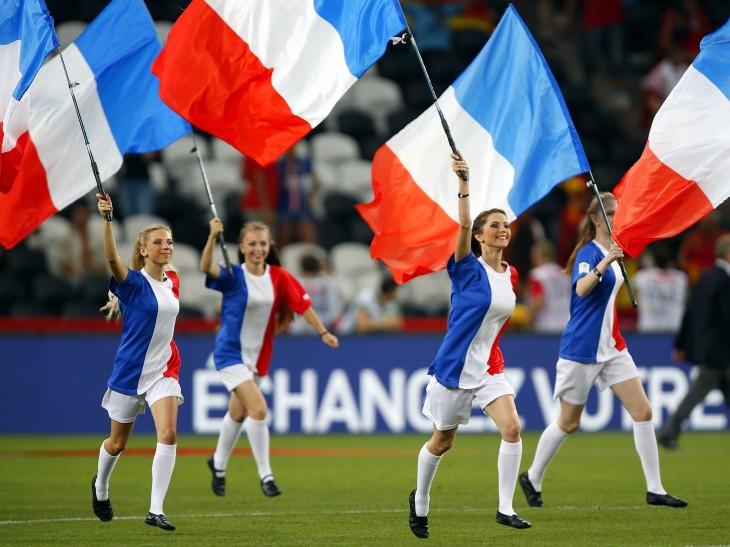 Chicas francesas corriendo por un campo de fútbol